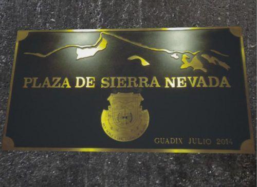 Placas de bronce fundido con escudo y montañas