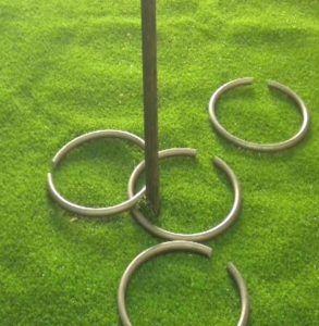 Juego de las anillas Se trata de introducir el maximo de anillas en un mástil clavado en la tierra