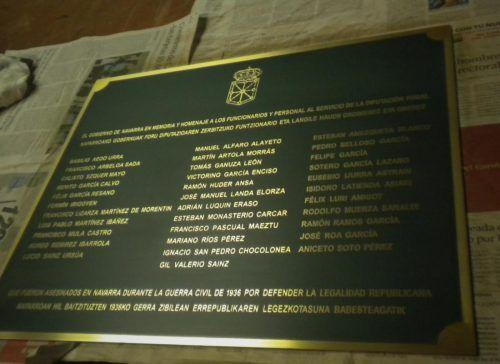 Placas bronce con escudo y textos homenaje