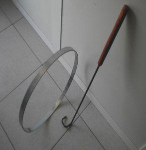El juego del aro Consiste en hacer rodar un aro con un brazo metálico
